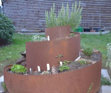 Kräuterspirale im Garten